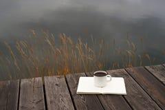 咖啡、河和空白页 库存照片
