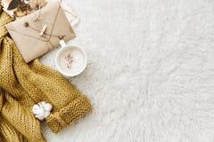 咖啡、温暖的毛线衣和信封 平的位置构成 免版税库存照片