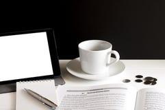 咖啡、片剂、数据本、笔记薄、硬币和笔 免版税库存照片