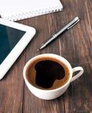 咖啡、片剂和笔记本 免版税库存图片