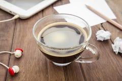 咖啡、片剂和纸在桌上 库存照片