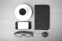 咖啡、电话、汽车钥匙、镜片和钱包 库存照片