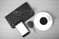 咖啡、电话、汽车钥匙、镜片和钱包 免版税库存图片