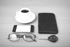 咖啡、电话、汽车钥匙、镜片和钱包 库存图片