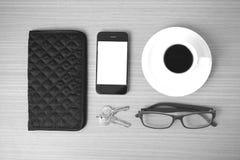 咖啡、电话、钥匙、镜片和钱包 图库摄影