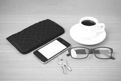 咖啡、电话、钥匙、镜片和钱包 库存图片