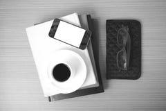 咖啡、电话、镜片、堆书和钱包 库存图片