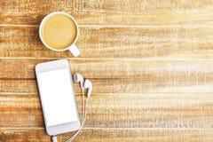 咖啡、电话和耳机 免版税库存照片