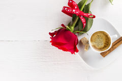 咖啡、红色玫瑰、糖和桂香在白色木ba 库存照片