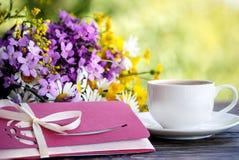 咖啡、花和信封 免版税库存图片