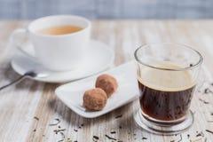 咖啡、茶和两个椰子甜点 库存照片