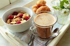 咖啡、谷物和新月形面包 免版税库存图片