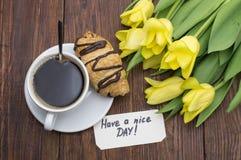 咖啡、郁金香和早晨好按摩 库存照片