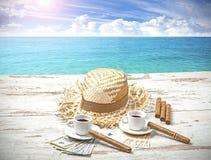 咖啡、雪茄、金钱和帽子在桌上 图库摄影