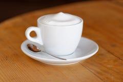咖啡。热奶咖啡。杯热奶咖啡 库存照片