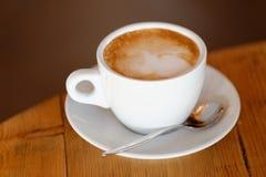 咖啡。热奶咖啡。杯热奶咖啡 库存图片