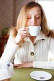 咖啡。 美丽的妇女饮用的咖啡 库存图片