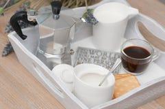 咖啡一顿欢乐早餐在床上 图库摄影