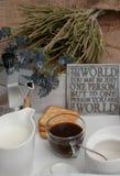 咖啡一顿欢乐早餐在床上 免版税库存照片
