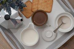 咖啡一顿欢乐早餐在床上 库存照片