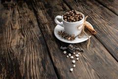 咖啡三重奏-咖啡豆、桂香和八角 免版税库存图片