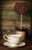 咖啡与一个装饰修剪的花园的 免版税库存图片