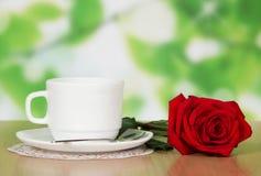 咖啡与一朵红色玫瑰的 免版税库存图片