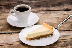 咖啡与切片的乳酪蛋糕 库存照片