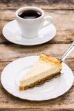 咖啡与切片的乳酪蛋糕 图库摄影