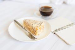 咖啡与切片的在床上的蛋糕 免版税图库摄影