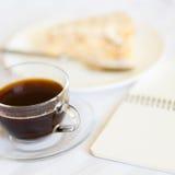 咖啡与切片的在床上的蛋糕 免版税库存照片