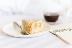 咖啡与切片的在床上的蛋糕 图库摄影