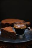 咖啡与切片的巧克力蛋糕 库存图片