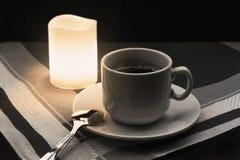 咖啡与匙子的在织品背景的和蜡烛 库存照片