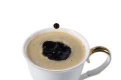 咖啡与咖啡下落的  免版税库存图片