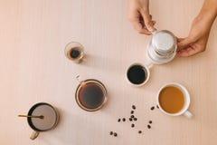 咖啡与咖啡豆和越南费恩过滤器的在木背景 免版税库存照片