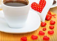 咖啡与巧克力甜点的在白色p的华伦泰心脏 库存图片