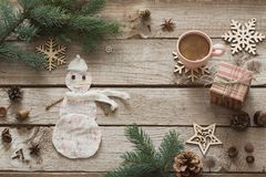 咖啡与手工制造雪人的在木背景 图库摄影