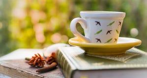 咖啡与旧书的浓咖啡在桌、葡萄酒和r上 库存照片