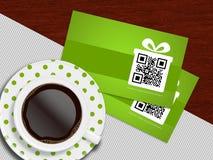 咖啡与春天说谎在桌布的折扣优惠券的 免版税库存图片