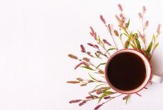 咖啡与桃红色花的,顶视图 免版税库存照片
