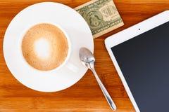 咖啡与片剂的 免版税库存照片