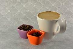 咖啡与牛奶和香料结晶母粒的 免版税库存照片