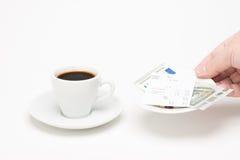 咖啡与票据的 库存图片