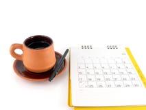 咖啡与空白的笔记的和桌面日历 免版税库存图片