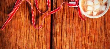 咖啡与糖立方体的栓与在木板条的红色丝带 免版税图库摄影