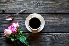 咖啡与红色玫瑰的和和在木背景的拷贝空间 用早餐在母亲节,妇女` s天 图库摄影