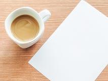 咖啡与纸笔记的 库存照片