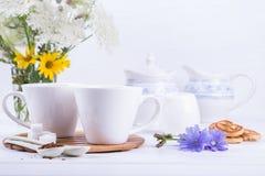 咖啡与苦苣生茯花和糖屑曲奇饼的茶苦苣生茯饮料热的饮料 免版税库存照片