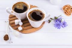 咖啡与苦苣生茯花和糖屑曲奇饼的茶苦苣生茯饮料热的饮料 库存照片